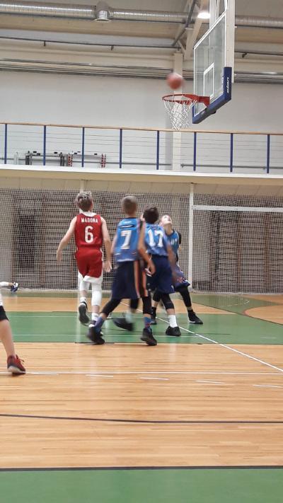 Turpinās U-12, U-13 basketbolistu cīņas.